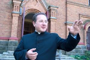 Ks. Anatol Markowski chwali koleśnicką młodzież, ale mówi, że na tych, którzy nie są związani z kościołem, już nie ma wpływu, ale oni właśnie potrzebują najwięcej uwagi Fot. Marian Paluszkiewicz