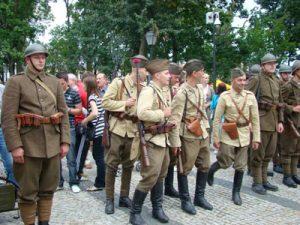Zdaniem organizatorów obchodów 90. rocznicy odzyskania wolności przez Suwałki w 1919 roku, rekonstrukcja wydarzeń historycznych w bardziej atrakcyjny sposób przybliża odległe wydarzenia młodszym pokoleniom Fot. www.suwalki.info