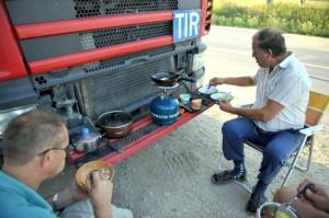 Uwięzionym w kilometrowych kolejkach na przejściach granicznych z Rosją litewskim kierowcom kończy się żywność i woda pitna Fot. ELTA