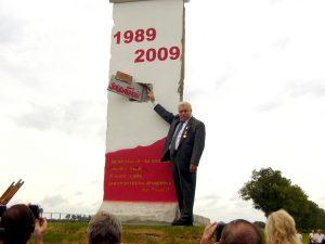 Dwa symbole wolności: Lech Wałęsa przy pomniku w Kobylanach Fot. archiwum ASRW