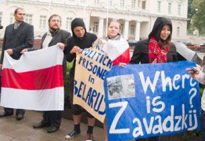 Przedstawiciele organizacji broniących praw człowieka zorganizowali pikietę przeciwko wizycie Alaksandra Łukaszenki w Wilnie Fot. Marian Paluszkiewicz