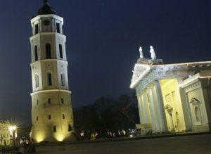 Obecnie mieszkańcy i goście stolicy mogą czuć się bezpiecznie na Placu Katedralnym, jednak jak będzie po wyłączeniu świateł, czas pokaże Fot. Marian Paluszkiewicz