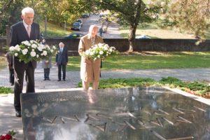 Jerzy Buzek, przewodniczący PE, oraz Česlovas Juršėnas, wiceprzewodniczący litewskiego Sejmu, składają kwiaty na grobie matki marszałka Józefa Piłsudskiego na Rossie Fot. Marian Paluszkiewicz