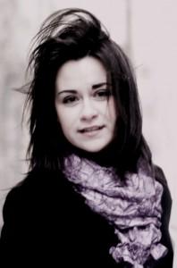 """""""Jestem szczęśliwa wiedząc, że śpiewając daruję publiczności swoje piosenki, uśmiech i radosny nastrój"""" — mówi Ewelina Fot. archiwum"""