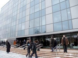 Wybudowany koszte 74 mln. litów wieżowiec obecne władze samorządu przygniecione długami zamierzają sprzedac za cenę 80 - 100 mln. litów Fot. Marian Paluszkiewicz