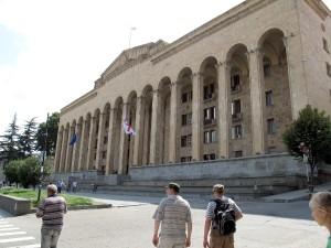 """""""Oto jest nasz parlament"""" — mówi do nas przewodnik, gdy mijamy wysoki gmach z brązowego piaskowca, w fasadzie z szeregiem wysokich kolumn zwieńczonych arką.  Tutaj się rozpoczynają nasze wewnętrzne perypetie Fot. Waldemar Szełkowski"""