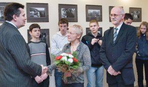 Nauczyciel historii Žilvinas Radavičius, wraz z młodzieżą szkolną symbolicznie przeprosił oficjalnych przedstawicieli Polski na Litwie za wandalski wybryk chuliganówFot. Marian Paluszkiewicz