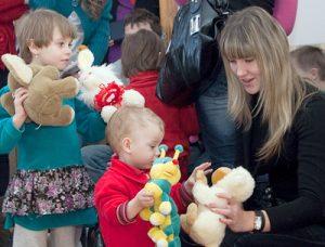 Najbardziej maluchów cieszyła obecność uczniów Fot. Marian Paluszkiewicz