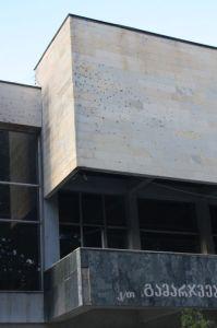 Ściana gmachu była gęsto poorana odłamkami. Bomby kasetowe, zawierające od kilku do kilkuset bomb małego kalibru, posiadają dużą siłę rażenia celów powierzchniowych.
