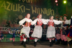 """Na scenie — zespół taneczny """"Perła Warmii"""" z Lidzbarka<br/>Fot. Jerzy Karpowicz"""