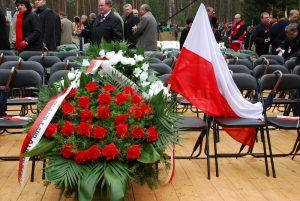 Puste krzesła i wieniec Pana Prezydenta RP Lecha Kaczyńskiego