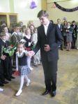 Uroczysty apel w Szkole Średniej w Ciechanowiszkach uwieńczyło brzmienie pierwszego dzwonka, który zadzwonił w rączkach jednej z pierwszoklasistów dumnie kroczącej w towarzystwie kolegi ze starszej klasy.
