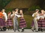 """Wyrychtowała się młodzież do tańca na """"Wieczorynce w Skrobuciszkach"""" Fot. Marian Paluszkiewicz"""