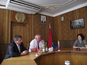 """Przewodniczący """"Snowu"""", Nikołaj Radoman (w środku) i przewodniczący lokalnego komitetu wykonawczego w Nieświeżu, Iwan Krupko (zlewej), mogą godzinami opowiadać o swoim przedsiębiorstwie, tym bardziej że opowiadać mają o czym"""