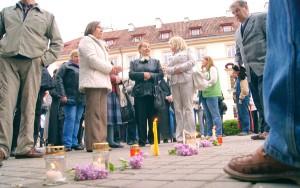 """Przed Urzędem Prezydenckim ludzie wczoraj zapalili znicze, poświęcone """"pamięci naszego kraju"""" Fot. Marian Paluszkiewicz"""