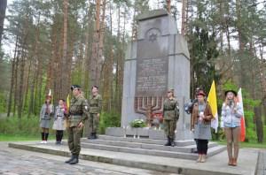 Warta harcerska pod ponikiem pomordowanym w lesie Ponarskim 70 tys. Żydom