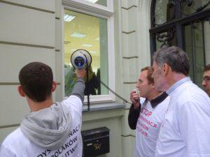 Pod ambasadą pikietujący skandowali hasła protestujące przeciwko dyskryminacji Polaków na Litwie Fot. archiwum