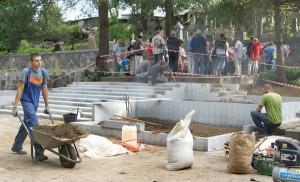 Mimo odnowy cmentarza wojskowego na Rossie – turyści mają możliwość złożenia kwiatów na płycie marszałka Fot. Marian Paluszkiewicz