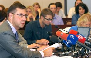 """""""Miejmy nadzieję, że już w 2017 roku przestanie zmniejszać się liczba osób w wieku szkolnym i w litewskich szkołach będzie już uczyć się 300 tys. dzieci"""" — powiedział minister Fot. Marian Paluszkiewicz"""
