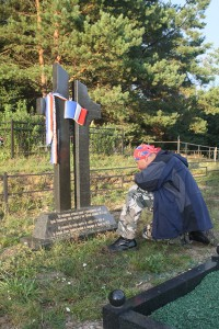 Nieduży pomnik w kształcie pękniętego stylizowanego krzyża. Władza francuska dba o powtórny pochówek, nie dociekając czy byli ci ludzie obywatelami Francji, czy innych krajów Europy Fot. autor