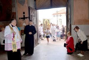 Wprowadzenie obrazu do kościoła Fot. Teresa Worobiej
