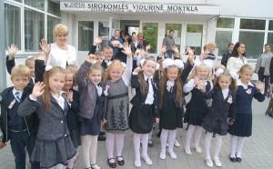 Klasa 1b wraz z wychowawczynią Łucją Godwod      Fot. Marian Paluszkiewicz