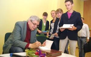 Uczniowie przynieśli książki z nadzieją otrzymania autografów    Fot. Marian Paluszkiewicz