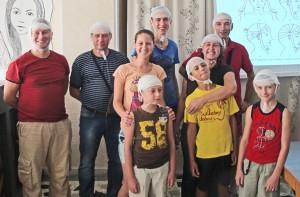 Goście redakcji, należący do Stowarzyszenia Medyków-Polaków w Kiszyniowie na zajęciach okazania pierwszej pomocy medycznej. Są właśnie po opatrunku urazu głowy  Fot. archiwum