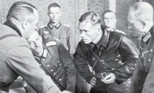 Sowieccy i niemieccy generałowie ustalają przebieg linii demarkacyjnej    Fot. archiwum
