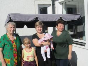 Babcia Janina, pani Krystyna ze swoimi pociechami i jej mama przy swoim domkuFot. Juozas Labokas