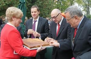 Maria Rekść poczęstowała gości poświęconym chlebem Fot. Marian Paluszkiewicz