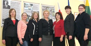 Zespół nauczycielski (co prawda, nie w pełnym składzie, pozostali byli na szkoleniu) — z dyrektor w centrum Fot. Marian Paluszkiewicz