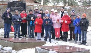 Nauczycielki Czesława Nakrewicz i  Aleksandra Kisłowska z grupką uczniów z klas 5 i 6 na cmentarzu uczonych