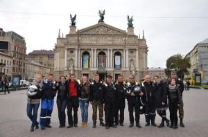 Uczestnicy XII Międzynarodowego Motocyklowego Rajdu Katyńskiego wraz z komendantem ks. hm. Dariuszem Stańczykiem