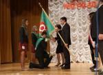 Wójt Dźwierzut Czesław Wierzuk przekazał sztandar na ręce dyrektora gimnazjum Tadeusza Grygorowicza, a ten z kolei wręczył go uczniom.