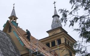 Na całego idzie remont kościelnego dachu Fot. Marian Paluszkiewicz