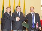 Rolandas Paksas, Algirdas Butkevičius oraz Wiktor Uspaskich podpisali wczoraj porozumienie o zawarciu nowej koalicji rządzącej Fot. ELTA