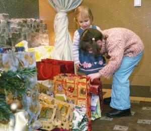 Dzieci z niecierpliwością zaglądają do worków z prezentami Fot. Marian Paluszkiewicz