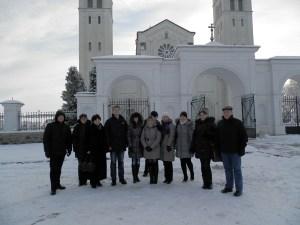 Wycieczkowicze przy pięknej bazylice  w Retowie