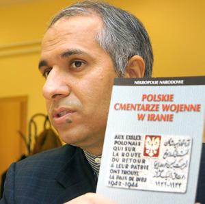 Gholamhossein Ebrahimi prezentuje książkę o polskich cmentarzach wojennych w Iranie Fot. Marian Paluszkiewicz