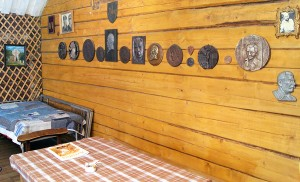 Ścianę pokoi gościnnych zdobią płaskorzeźby litewskich bohaterów, ale też barelief Stalina — symboliczny przekaz o dobru i złu pozostawionym nam przez Ojca Stanisława Fot. Marian Paluszkiewicz