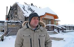 Z jednej strony domu nie pozostało nic. Tak też jak z dachu, ale Tadeusz Zadranowicz ma nadzieję, że udałoby mu się w tym roku chociażby parter wykończyć. Z pomocą przyjaciół i ludzi dobrego serca Fot. Marian Paluszkiewicz