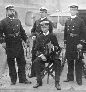 """Kapitan marynarki — dowódca patrolowca""""""""Constance"""" ze swoimi oficerami (siedzi)"""