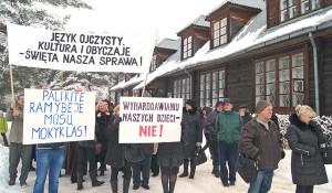 Przed szkołą średnią im. św. U. Ledóchowskiej w Czarnym Borze Fot. Marian Paluszkiewicz