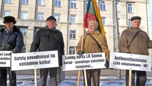 Grupa kombatantów ze Zrzeszenia Bojowników o Wolność Litwy pikietowała wczoraj przed Ministerstwem Spraw Zagranicznych    Fot. Marian Paluszkiewicz