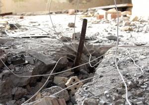 Sterczące kable i końcówki — przewodów — to, co złodziejom metalu nie udało się wydarć z betonowych ścian schronu łącznościowców Fot. Marian Paluszkiewicz
