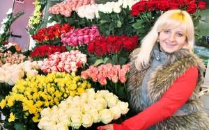 Kwiaciarnia i jej właścicielka w przededniu Dnia Kobiet, 8 marca Fot. Marian Paluszkiewicz