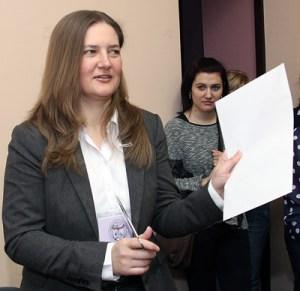 Przewodnicząca komisji dr Teresa Dalecka otwiera kopertę z tematami prac pisemnych Fot. Marian Paluszkiewicz