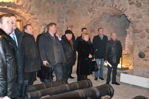 Członkowie Rady obejrzeli cztery sale ekspozycyjne urządzone w stołpie zamku w Miednikach