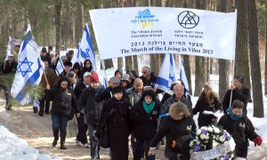 Wczoraj około stu osób przeszło tak zwaną drogą śmierci od stacji kolejowej w Ponarach do pomnika pomordowanych Żydów w czasie II wojny światowej  Fot. Marian Paluszkiewicz